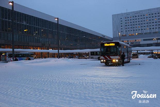 搭乘巴士到青池